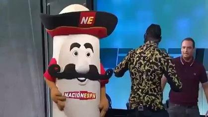 Deontay Wilder đấm sấp mặt mascot trên sóng truyền hình