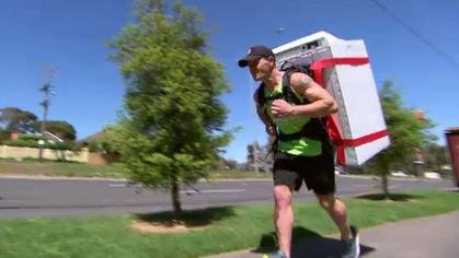 """""""Dị nhân"""" đeo một thứ không ai tin nổi để chạy marathon"""