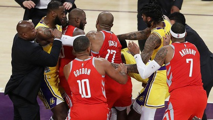 """Rajon Rondo và Chris Paul """"dằn mặt"""" tay đấm Floyd Mayweather ngay tại sân bằng màn đấm nhau kịch liệt"""