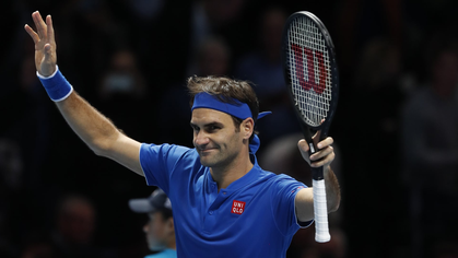 Đứng dậy mạnh mẽ sau mở màn thảm họa, Federer rộng cửa vào bán kết ATP Finals