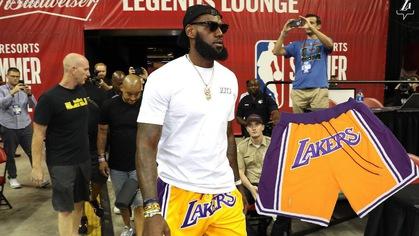 Soi chiếc quần Lakers nóng nhất mùa hè của LeBron James mặc dự khán tại Summer League vừa qua