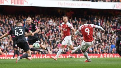 Arsenal suýt mất bàn mở tỷ số của Lacazette trước Everton vì… HLV Emery