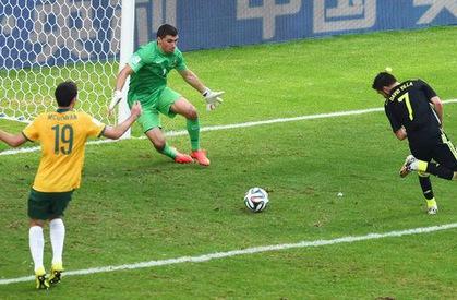 Video 50 bàn đẹp nhất lịch sử World Cup: Cú đánh gót ngẫu hứng của David Villa