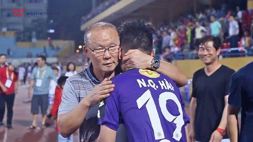 """Video: Sau trận """"nội chiến"""" U23 Việt Nam, HLV Park Hang Seo dáo dác tìm học trò để động  viên"""
