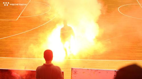 Không chỉ bóng đá, CĐV bóng rổ cũng đang làm quen với... pháo sáng