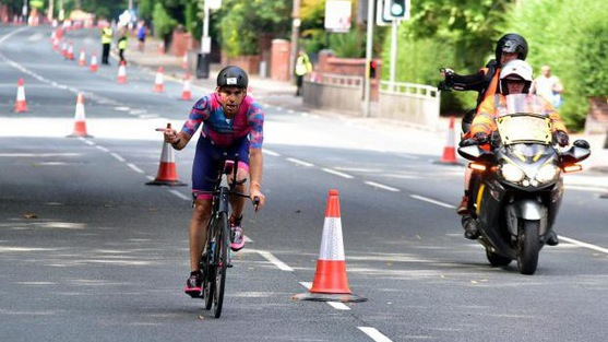 """""""Người thép"""" bức xúc vì đạp xe thiếu đường ở Ironman UK"""
