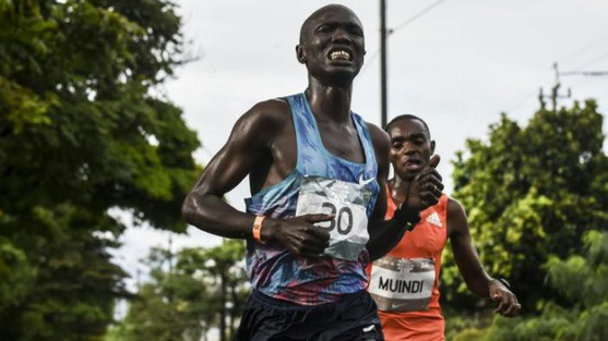 Đồng hương của Kipchoge bị ô tô đâm khi chạy dẫn đầu cách đích 1,5km