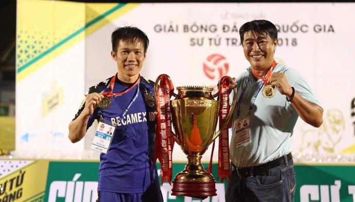 """""""Cận vệ già"""" Tấn Tài nói gì trong ngày Becamex Bình Dương vô địch Cúp Quốc gia 2018"""