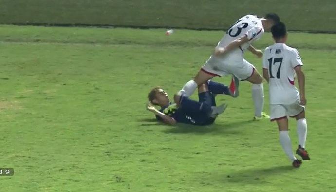 Kinh hãi pha giẫm chân của cầu thủ U19 CHDCND Triều Tiên lên người cầu thủ Nhật Bản