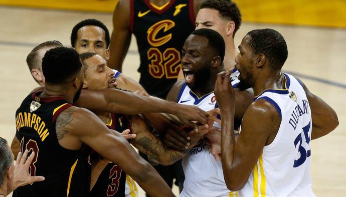 Nhìn lại những pha bóng chơi rắn tạo nên thương hiệu của Draymond Green tại NBA