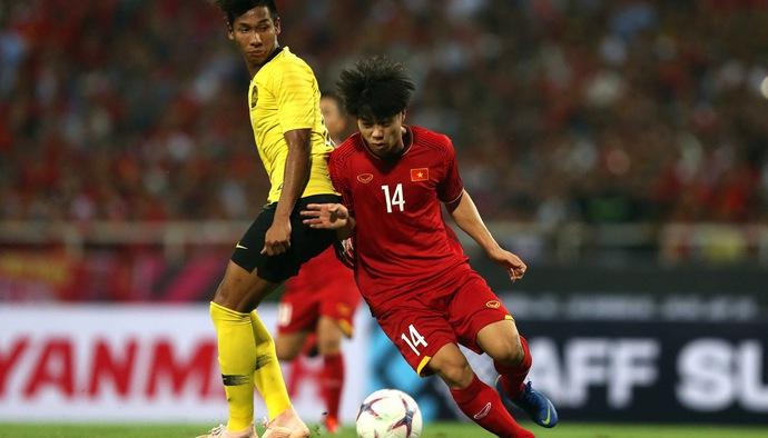 """AFF Cup 2018: Những pha bóng """"xấu chơi"""" của ĐT Malaysia với Công Phượng và các cầu thủ ĐTVN"""