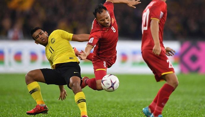 """Chung kết AFF Cup 2018: ĐT Malaysia """"chặt chém"""" ĐT Việt Nam bằng tiểu xảo và... nắm đấm"""