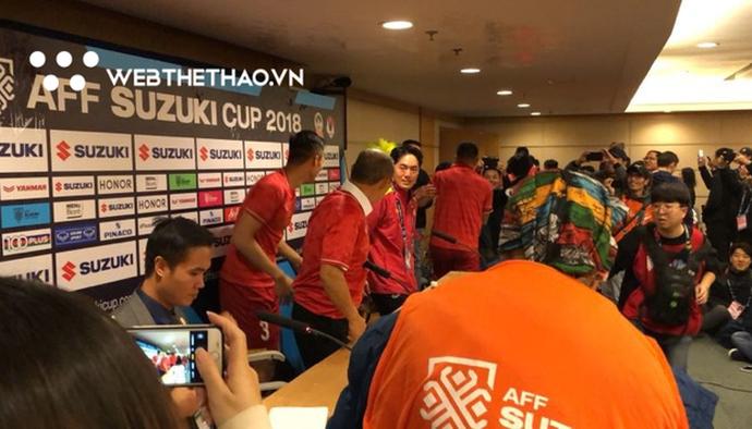 """Chung Kết AFF Cup 2018: Quế Ngọc Hải """"cầm đầu"""" nhóm cầu thủ làm náo loạn phòng họp báo"""