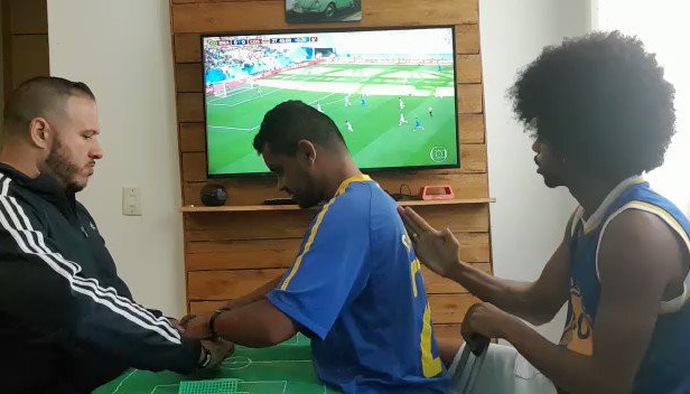 Xúc động hình ảnh người mù và điếc tận hưởng bàn thắng của Neymar tại World Cup 2018