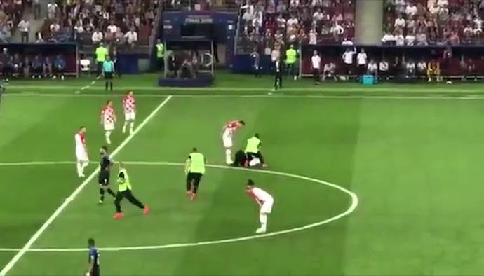 CĐV quá khích lao vào sân trong trận chung kết World Cup 2018 giữa ĐT Pháp và ĐT Croatia