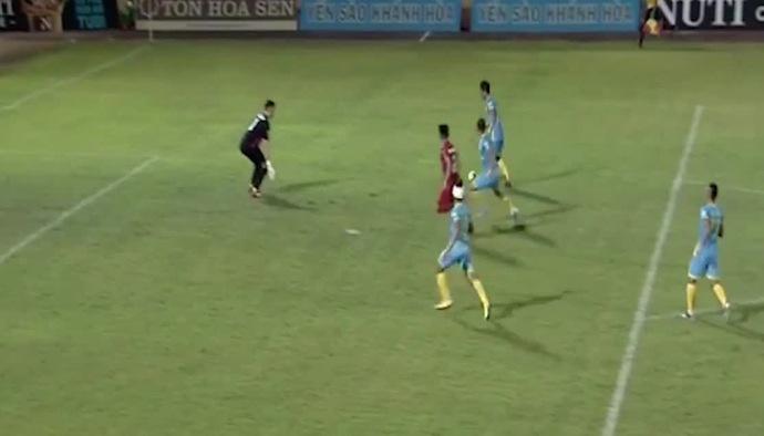 Pha bỏ lỡ không tưởng của cầu thủ Sanna Khánh Hòa BVN, đánh rơi chiến thắng trước Hải Phòng FC