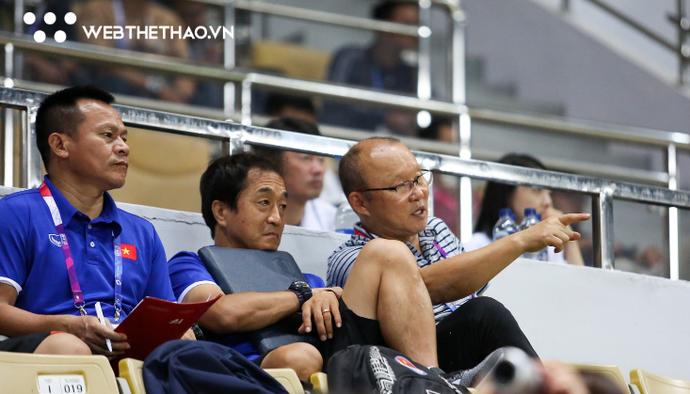 HLV Park Hang Seo ra mệnh lệnh cho Olympic Việt Nam trước trận đấu với Nepal