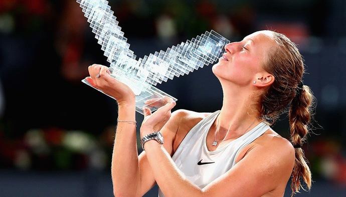 Chiêm ngưỡng khoảnh khắc hôn Cúp vô địch của các bóng hồng quần vợt