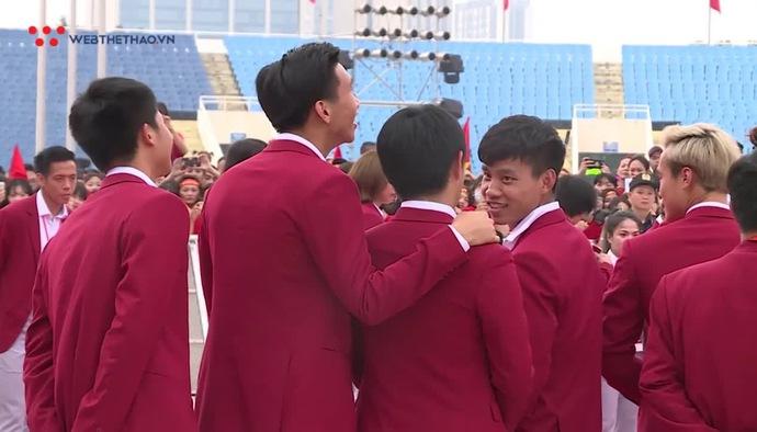 Vẻ đẹp hút hồn của các soái ca Olympic Việt Nam trong bộ vest đỏ