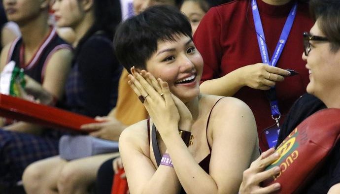 Muôn màu bóng rổ: Hé lộ ngôi sao VBA khiến Miu Lê dính bùa yêu