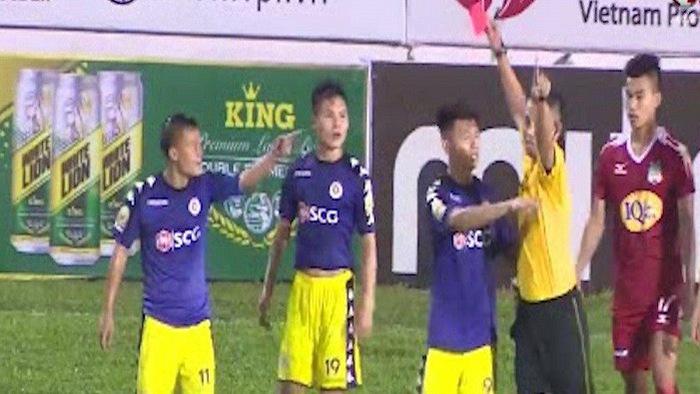 """Cận cảnh Lương """"dị"""" và HLV Chu Đình Nghiêm phản ứng quyết định của trọng tài"""