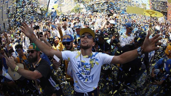 """Stephen Curry cực """"cool ngầu"""" trong ngày GSW diễu hành ăn mừng chức vô địch NBA 2017/18"""