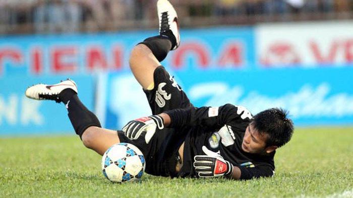 Bắt hụt bóng như Loris Karius, thủ môn Hà Nội FC trả giá đắt trước Than Quảng Ninh