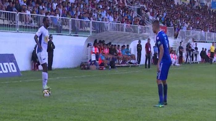 """Bắt chước kỹ thuật của Ronaldinho, tiền đạo Hoàng Anh Gia Lai nhận cái kết """"đắng lòng"""""""