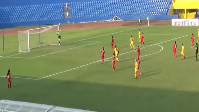 """Nữ thủ môn ĐTVN trở thành nạn nhân của tuyệt phẩm """"lá vàng rơi"""" tại AFF Cup 2018"""