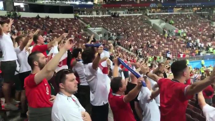 CĐV Anh nán lại SVĐ, hát mừng chiến tích của Tam Sư dù bị loại ở bán kết World Cup 2018