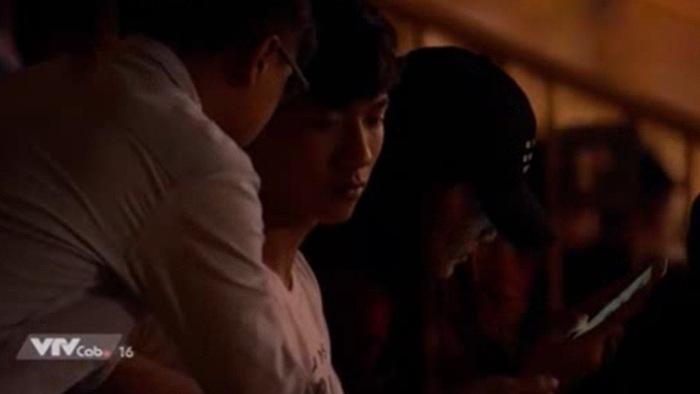 Phan Văn Đức ký tặng CĐV, âm thầm chứng kiến SLNA thắng SHB Đà Nẵng trên khán đài
